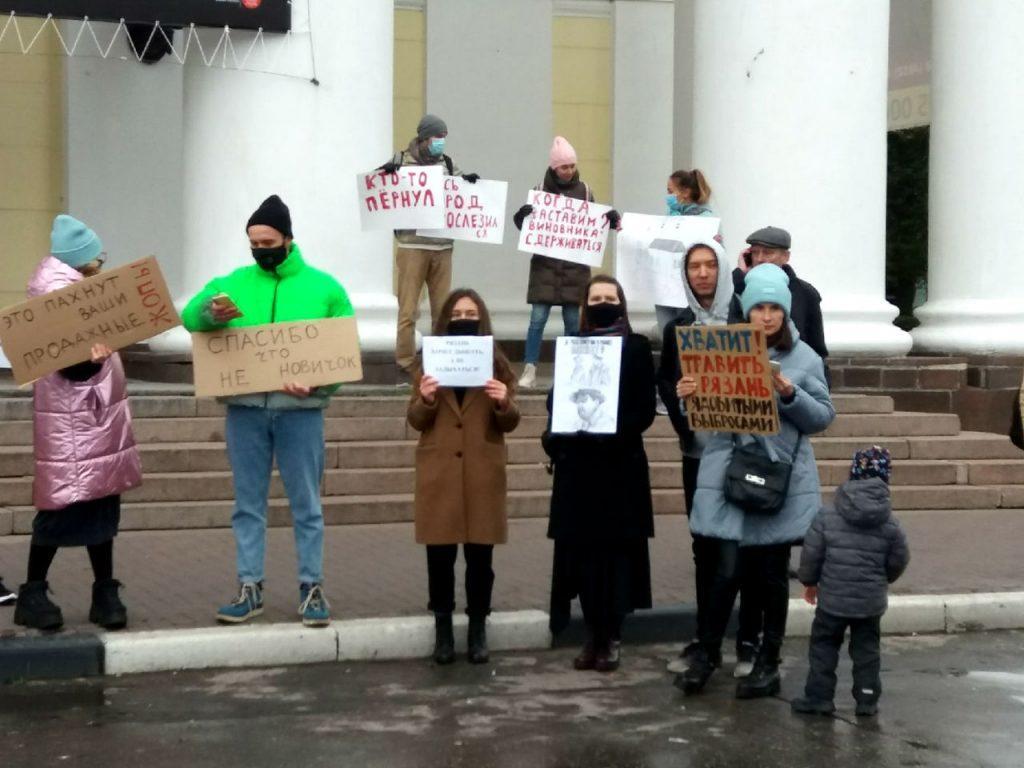 Рязанцы вышли на пикет против загрязнения воздуха с плакатами и в противогазах
