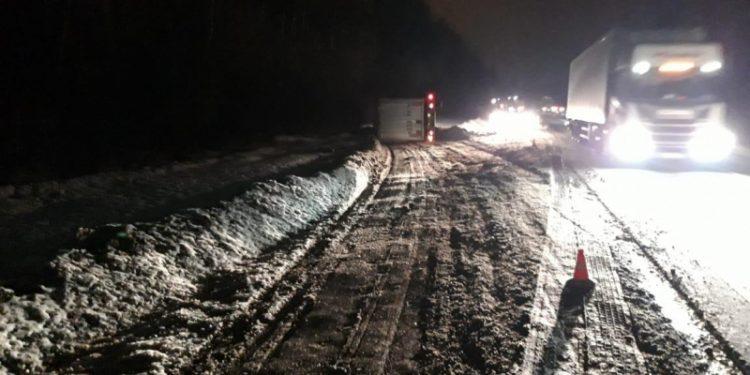 В Рязанской области в ДТП погиб водитель опрокинувшегося грузовика