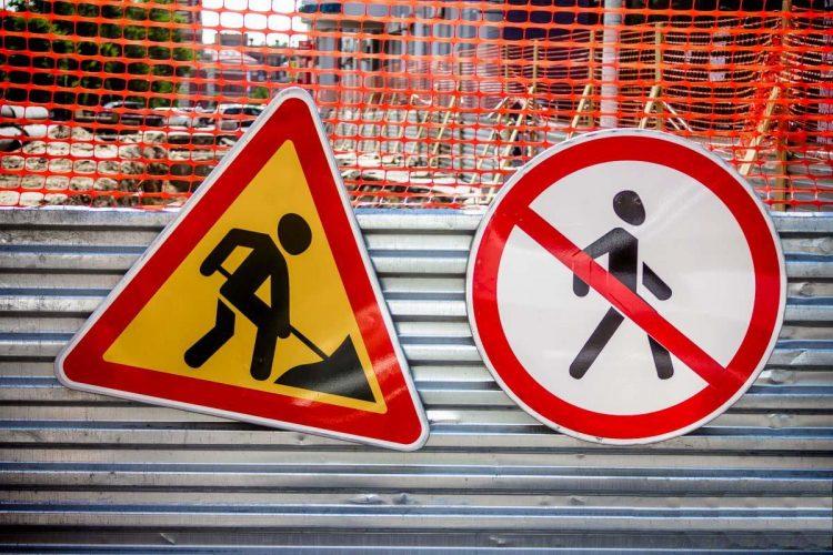 На улице Радищева ограничили движение транспорта из-за строительных работ