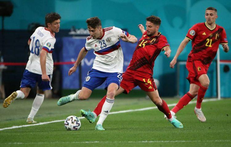 ST PETERSBURG, RUSSIA - JUNE 12, 2021: Russia's Yuri Zhirkov, Daler Kuzyayev and Belgium's Dries Mertens, Timothy Castagne (L-R) fight for the ball in their UEFA Euro 2020 Group B football match at Gazprom Arena. Alexander Demianchuk/TASS  Ðîññèÿ. Ñàíêò-Ïåòåðáóðã. Èãðîêè ñáîðíîé Ðîññèè Þðèé Æèðêîâ, Äàëåð Êóçÿåâ è Áåëüãèè Äðèñ Ìåðòåíñ, Òèìîòè Êàñòàíü (ñëåâà íàïðàâî) â ìàò÷å ÷åìïèîíàòà Åâðîïû ïî ôóòáîëó Åâðî-2020 ìåæäó êîìàíäàìè Áåëüãèè è Ðîññèè. Àëåêñàíäð Äåìüÿí÷óê/ÒÀÑÑ