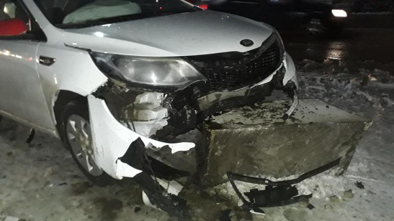 Автомобиль 27-летней рязанки врезался в бетонное ограждение