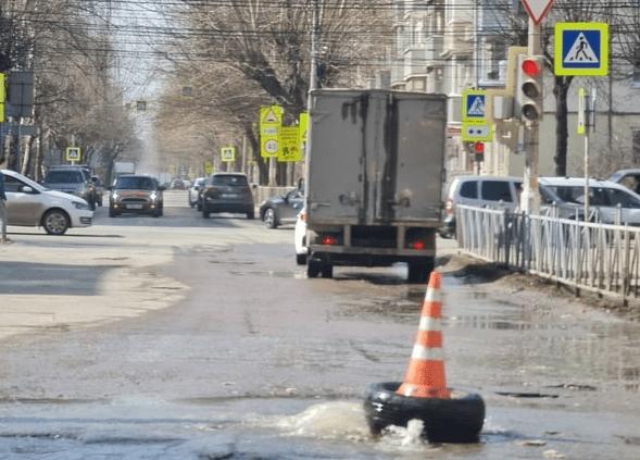 """Рязанцы засняли """"фонтан"""", бьющий на проезжей части"""