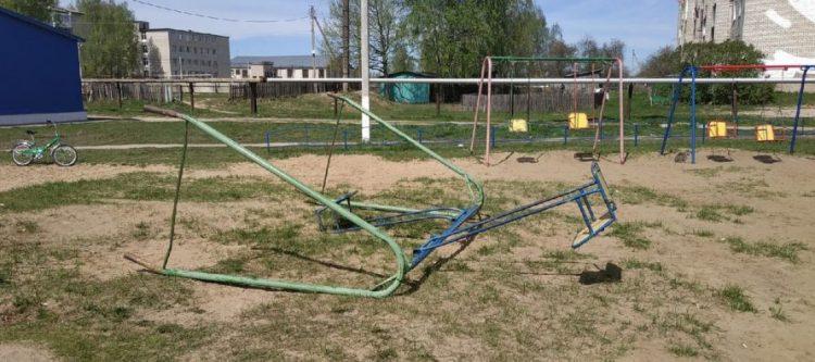 Рязанский губернатор поручил проверить детские площадки после падения качелей на ребенка