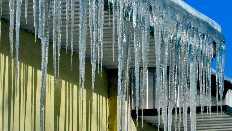 Госжилинспеция назвала 12 рязанских УК, которые не справились с расчисткой крыш от наледи и снега