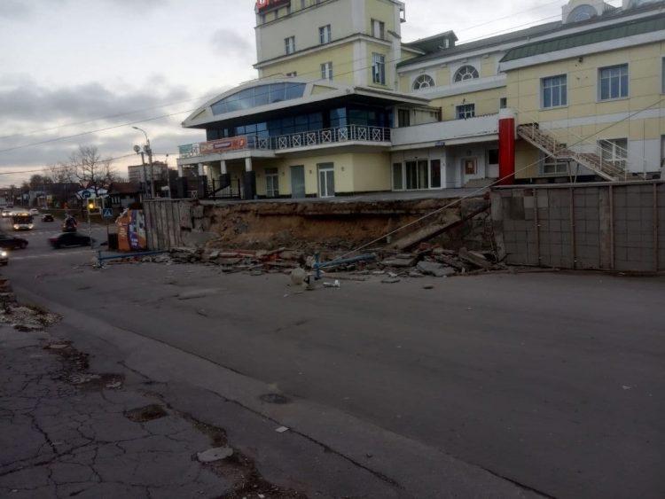 """В Рязани обрушилась часть ограждения-эстакады у """"Полсинаута"""""""