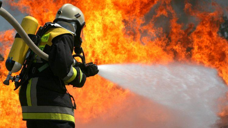 На территории одного из цехов завода в Шиловском районе произошел крупный пожар. Есть погибшие