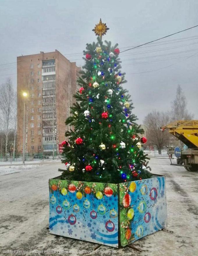 В Комсомольском парке установили пятиметровую ель