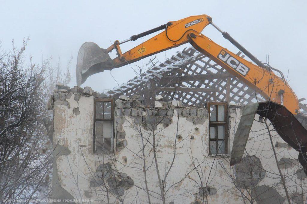 Работы по сносу аварийного дома в центре Рязани завершатся до конца недели
