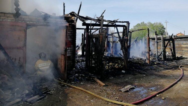 В рязанской деревне сгорели четыре сарая и гараж