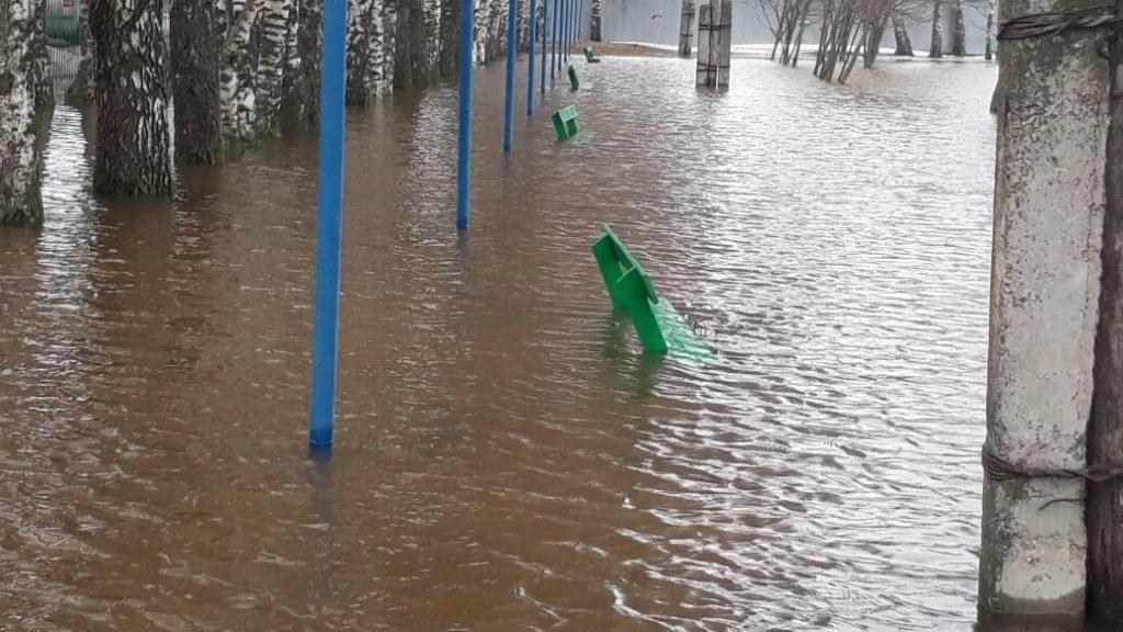 Центральный вход сараевской школы затопило водой