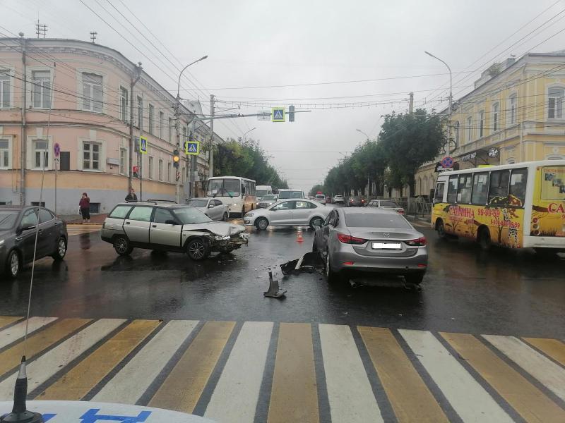 Водитель, устроивший ДТП в центре Рязани, проехал на красный свет