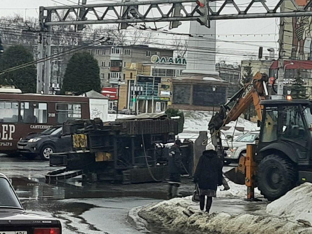На Московском шоссе перевернулся асфальтоукладчик