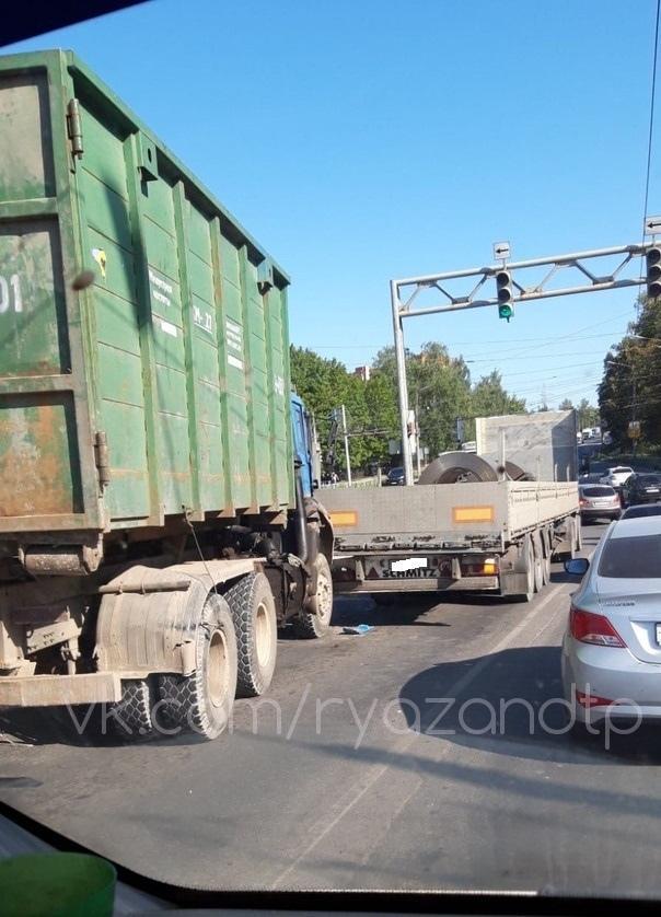 В тульской области столкнулись два грузовика фото