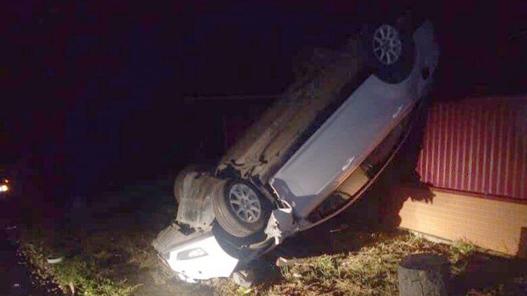 В Сараях автомобиль снес столб и перевернулся