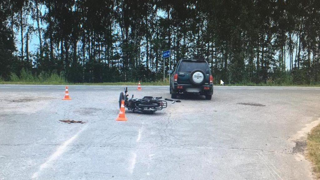 В Спасском районе 17-летний подросток на мопеде врезался в стоявший внедорожник
